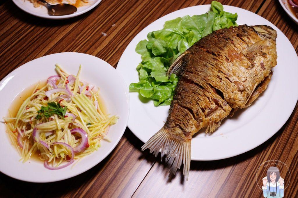 ปลาตะเพียนทอด ยำมะม่วง 350 บาท