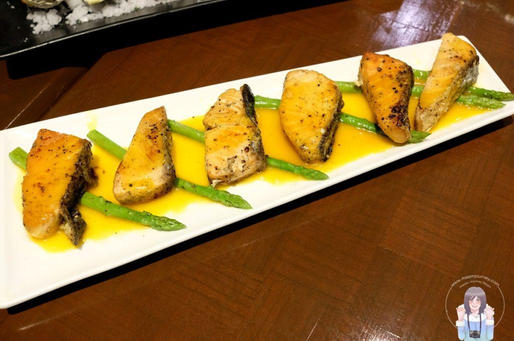 Grilled Salmon with Honey, Orange Sauce and Green Asparagus ปลาแซลมอนย่างกับนํ้าผึ้ง,ซอสส้มและหน่อไม้ฝรั่ง