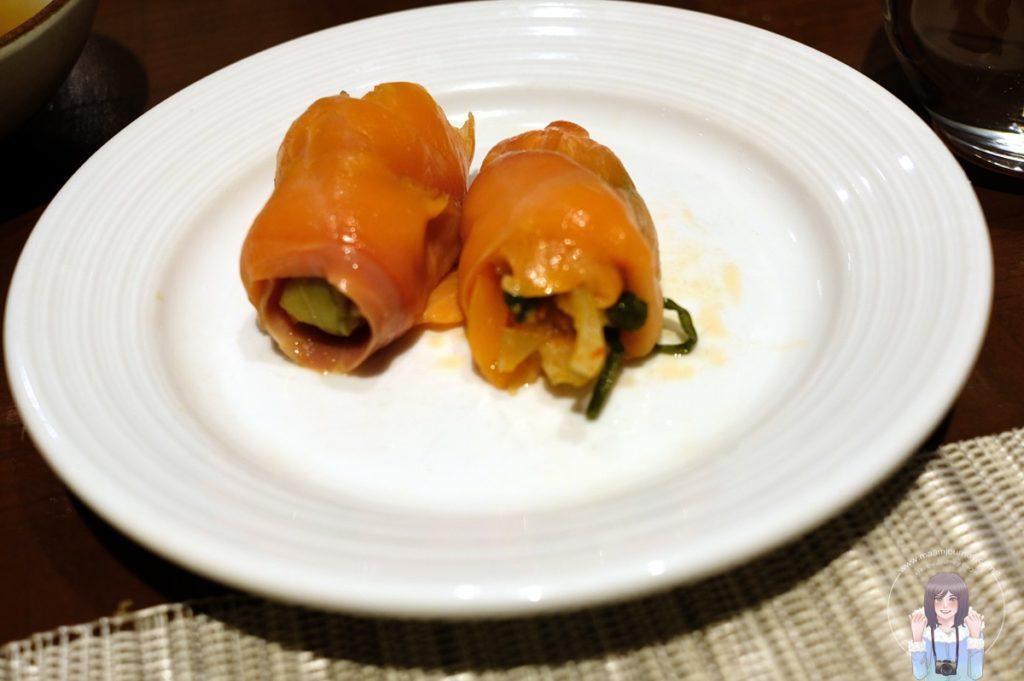 Smoked Salmon and Kimchi Roll with Spicy Tofu and Sesame Mayonnaise แซลมอนรมควันห่อกิมจิกับซอสมายองเนสเต้าหู้และงารสเผ็ด