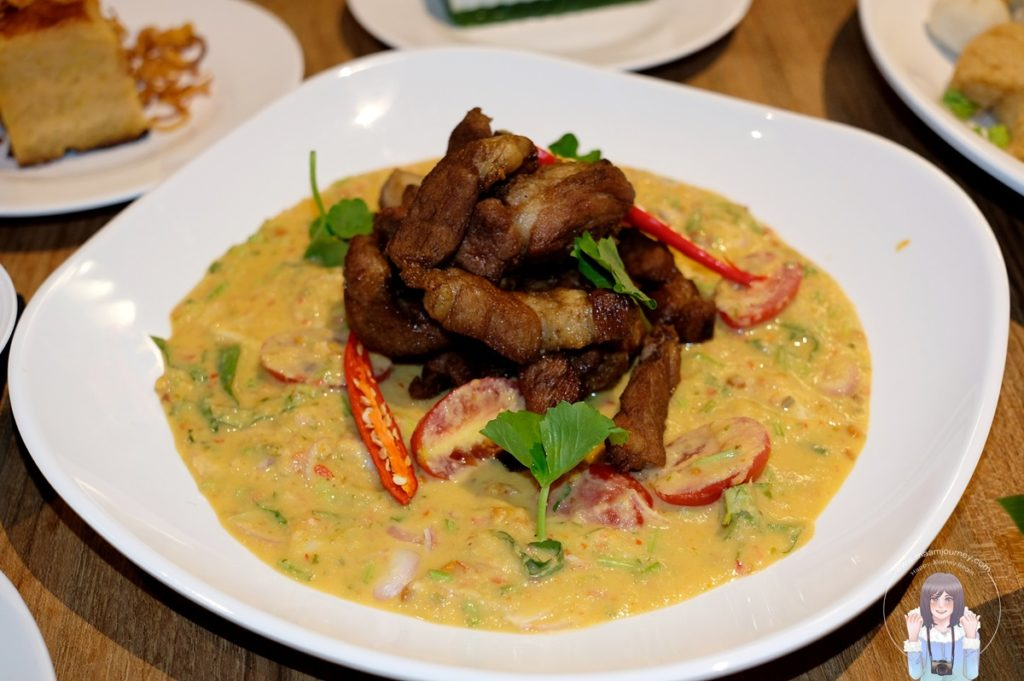 Salted Egg Salad wiht Fried Pork (Contains Peanuts) ราคา 150 บาท