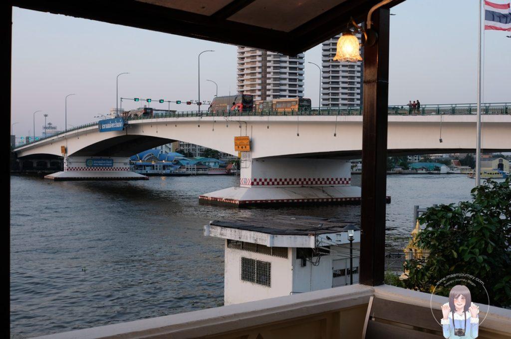 ติดริมน้ำเจ้าพระยา มองเห็นสะพานสมเด็จพระปิ่นเกล้า