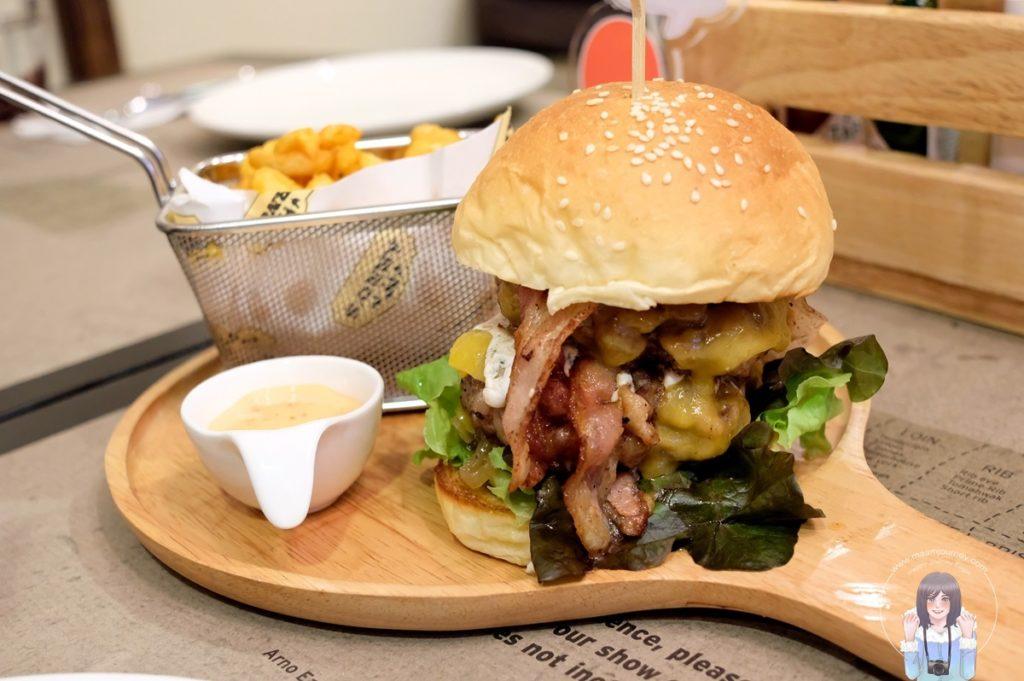 Hungrarian Style Burger (250 บาท)