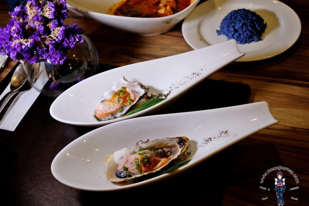 หอยนางรมและแซลมอนสดลนไฟ เสิร์ฟกับซอสพริกมะนาว โรยด้วยไข่ปลา