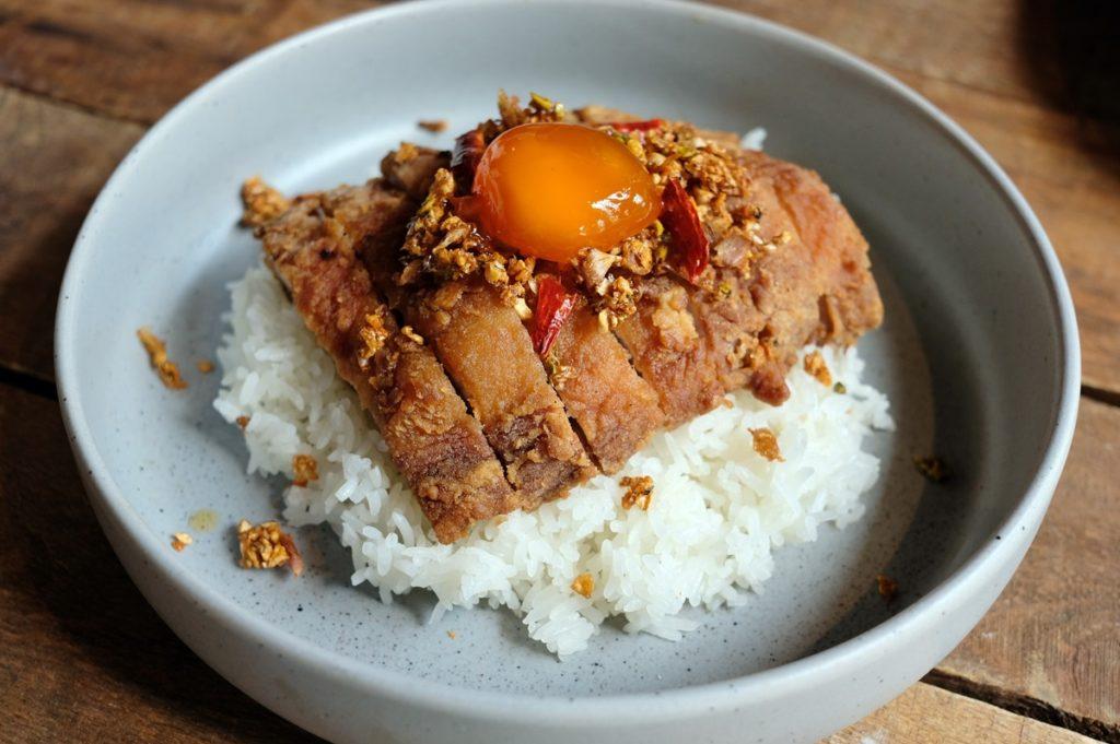 ข้าวคอหมูทอด S-PURE คั่วพริกเกลือ เสิร์ฟพร้อมไข่ดองน้ำปลา
