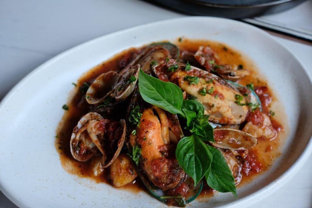 หอยแมลงภู่นิวซีแลนด์ หอยลายญี่ปุ่นผัดอาราเบียต้าซอส NZ. Mussel, Japanese Clam with Arabiata Sauce