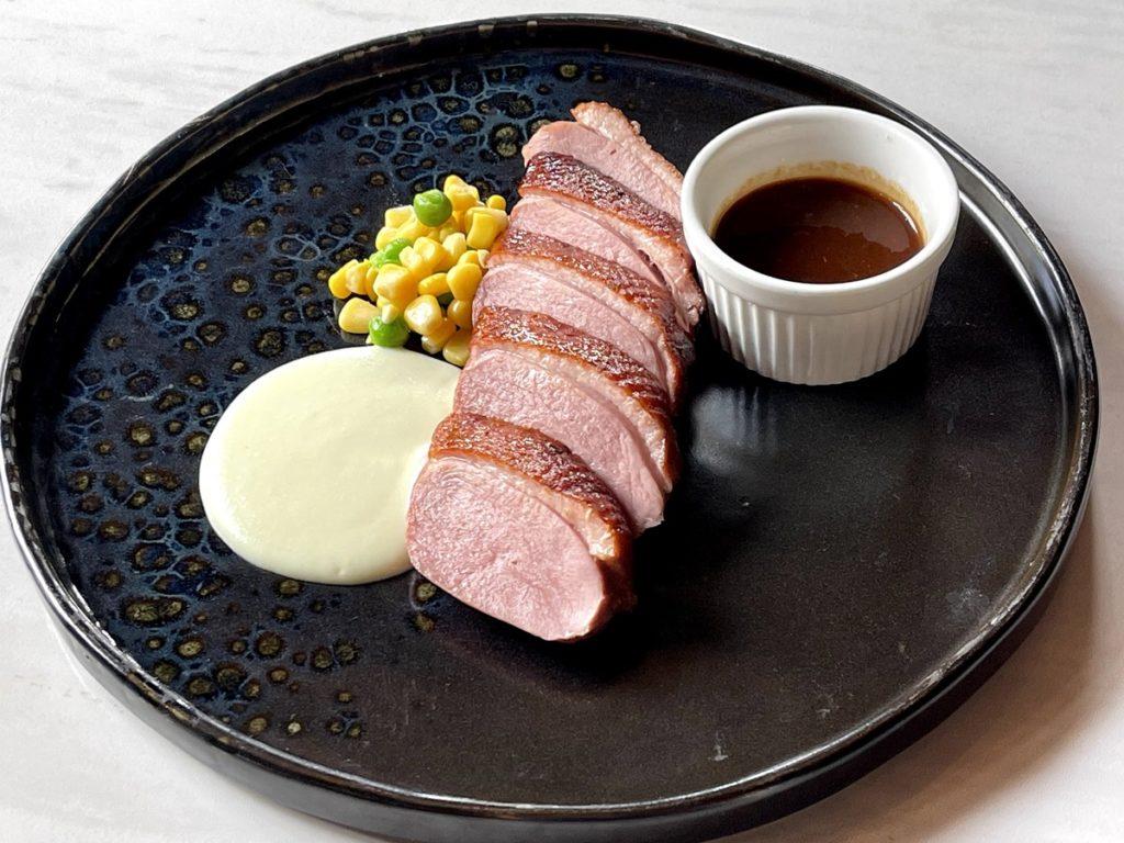 อกเป็ดรมควันซอสส้ม เสิร์ฟพร้อมกับมันบด Smoked Duck Served with Mashed Potato and Orange Sauce